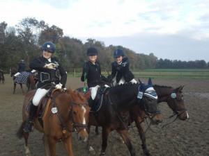 141025 Anna_Lena Eske und Philline beim Abreiten